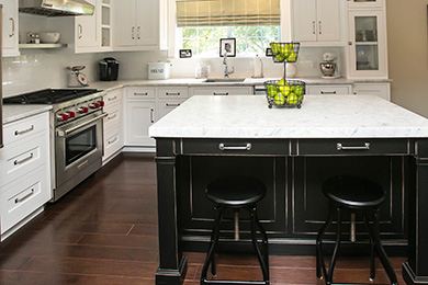 feature-Traditional-kitcen-cabinets-black-white